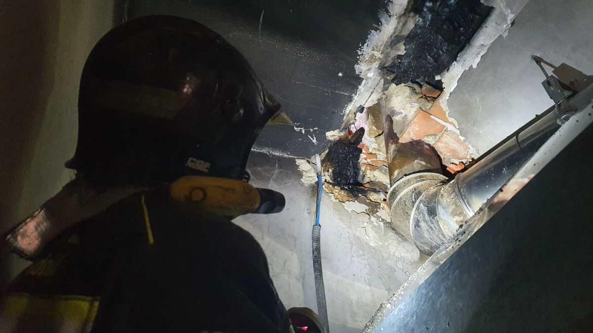 La rápida actuación de los bomberos evita daños de consideración en la Iglesia de San Pedro