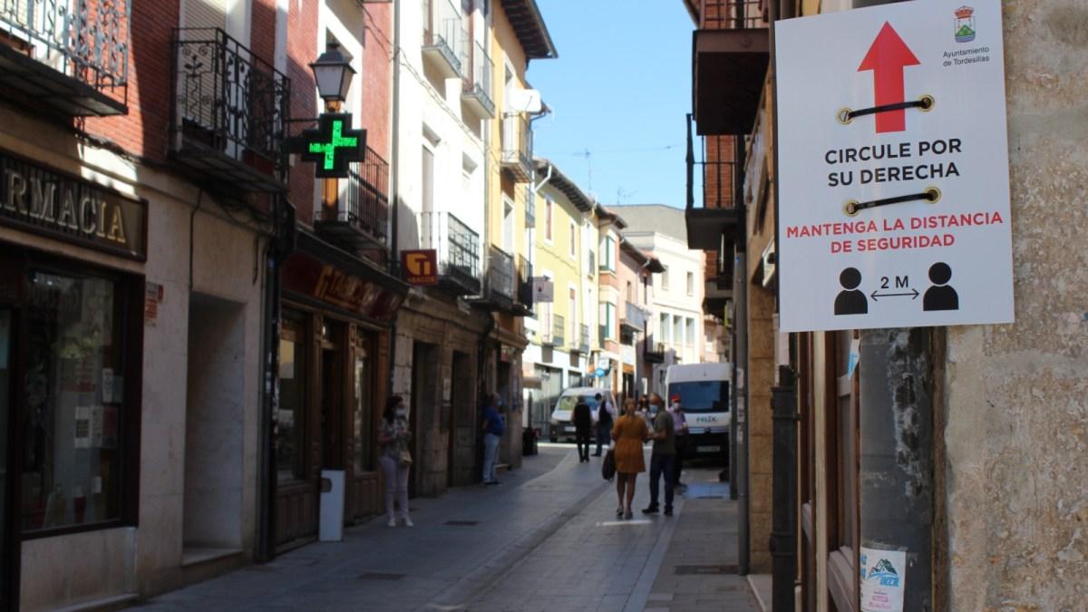 Tordesillas señaliza las calles de mayor afluencia para garantizar la distancia social entre viandantes