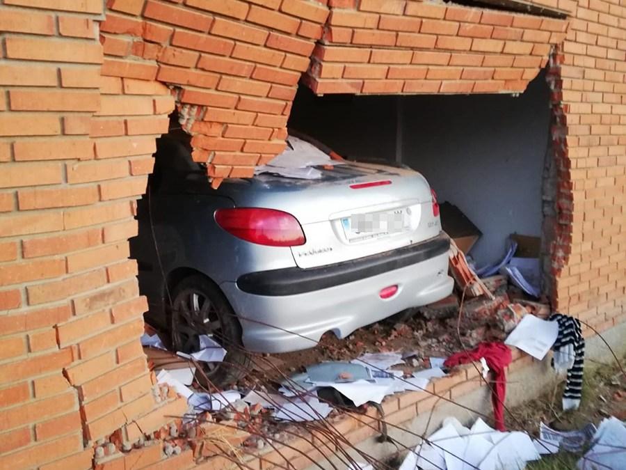 Una joven sale ilesa tras empotrar su vehículo contra un edificio