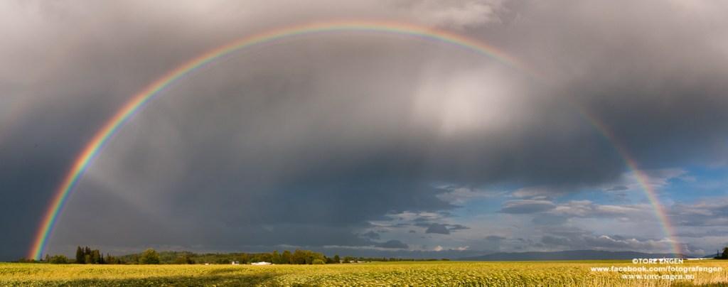 Panoramabilde av en regnbue over Sletta, Østre Toten.