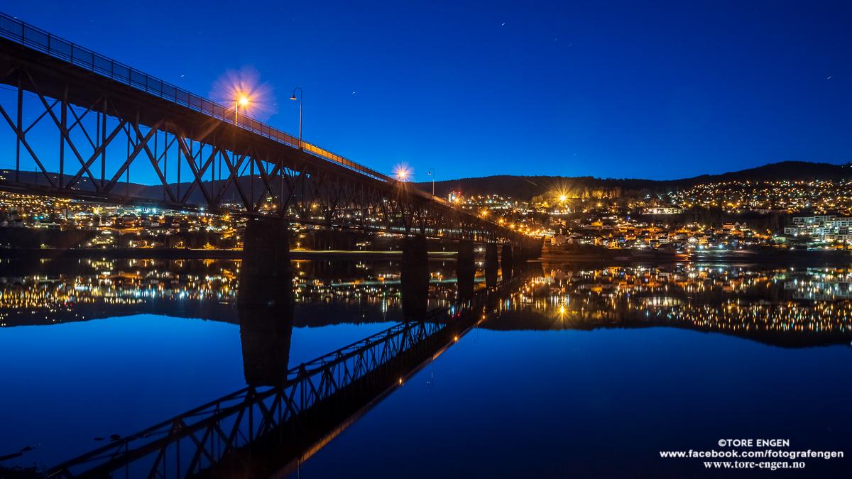 Lillehammer og Vingnesbrua by night speiler seg i vindstille Mjøsa