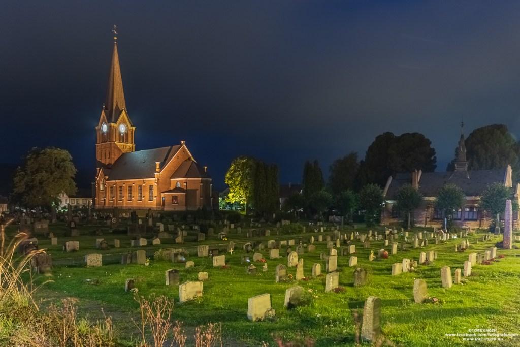 Lillehammer kirke og kirkegård om kvelden