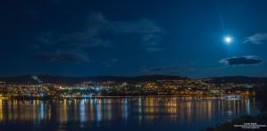 Et stitchet panoramabilde av Lillehammer by i månelys