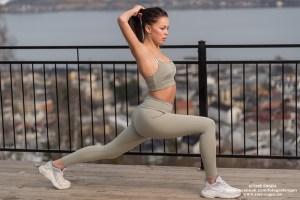 Kvinnelig fotomodell gjør strekkeøvelser