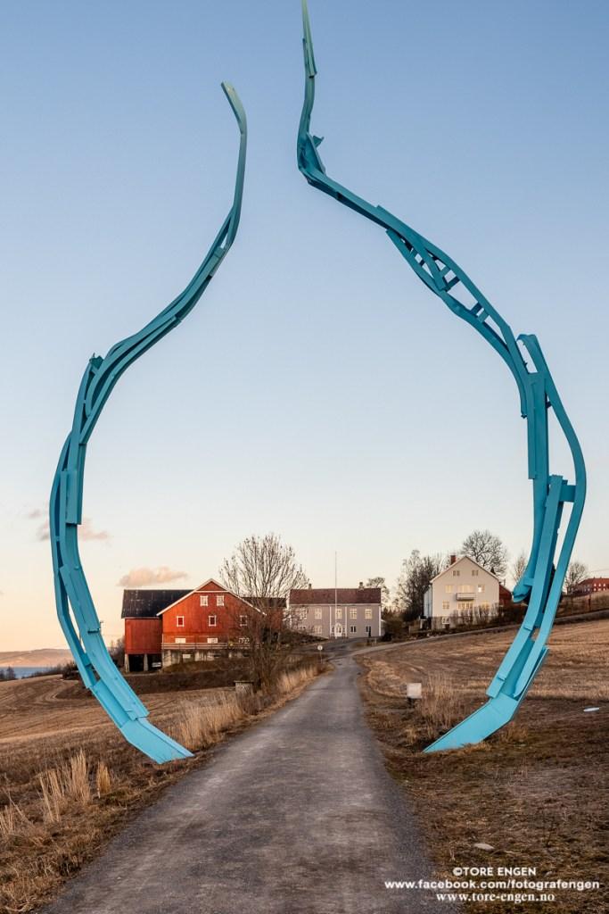 Billerud gård og Peder Balke-senteret, Kapp, Østre Toten innrammet i skulpturen Allium (Løk)