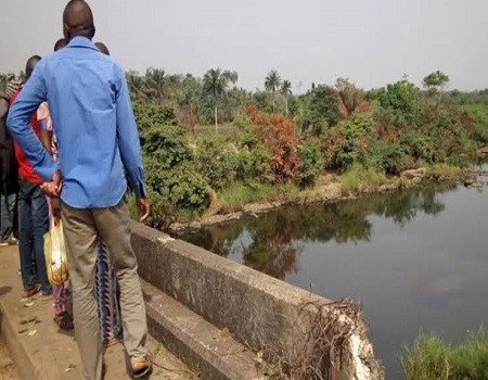 two men plunge into river