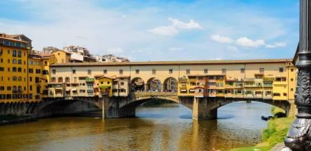 Ponte Vecchio, il ponte più antico di Firenze, è una delle attrazioni  principali della città