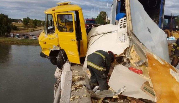 Río Colorado – Chocaron 2 camiones y uno de ellos quedó colgado del puente