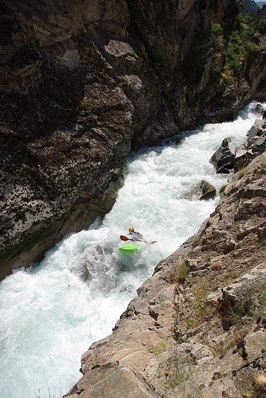 Right after the siphon portage Scheuer is going down the steepest rapid of upper Barhal.