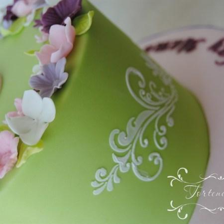 hellgrüne Geburtstagstorte für Mama zum 50 ten mit Blumen Stencil