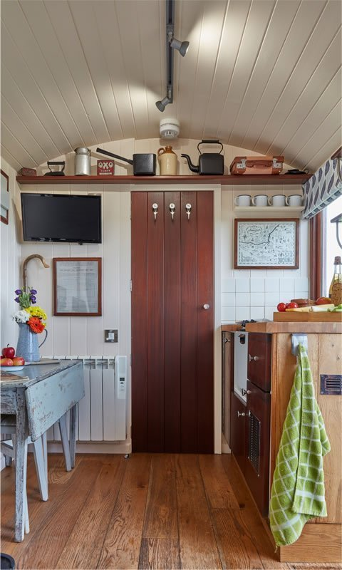 Len: Kitchen And Table