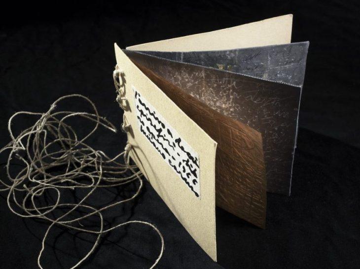 L'arrivo a Locri Epizefiri, 1966, scrittura su rame e piombo, foglia d'o…