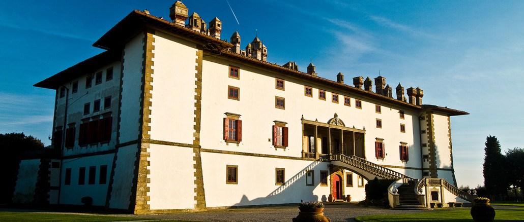 """La splendida Villa medicea di Artimino """"La Ferdinanda"""" conosciuta anche come """"villa dei cento camini"""""""