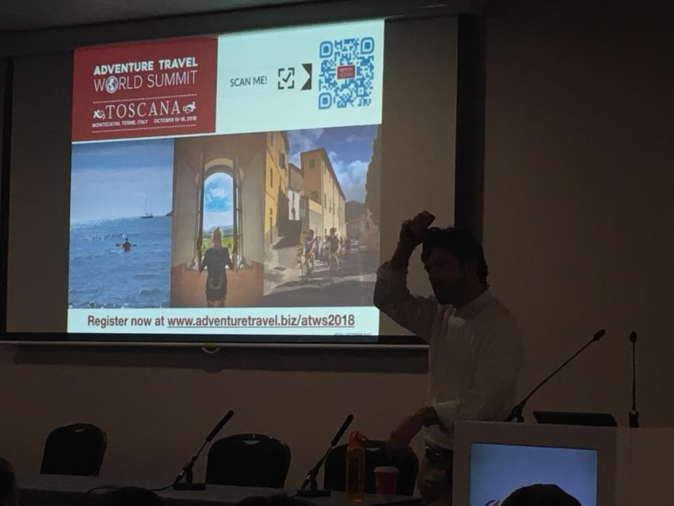 Chris Doyle, Executive Director-Europe di ATTA Europe, dal palco dell'AdventureConnect al WTM di Londra mentre illustra la prossima edizione del  Adventure Travel World Summit
