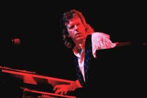 Keith Emerson del gruppo progressive-rock Emerson, Lake & Palmer in concerto nel 1992