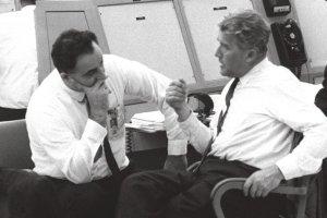Rocco Petrone (sin.) con Von Braun, NASA lancio Saturno1, 25 maggio 1965