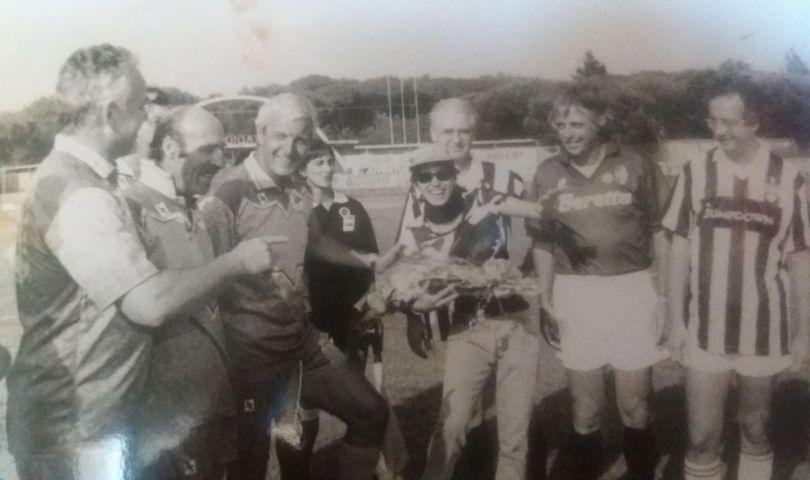 Marcello Lippi festeggia a Viareggio lo scudetto sulla panchina della Juventus