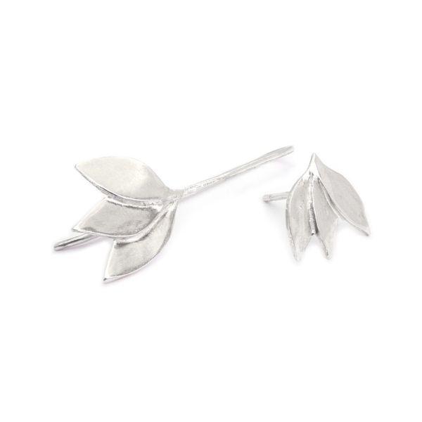 Pendientes de plata asimétricos motivo floral elaborado artesanalmente
