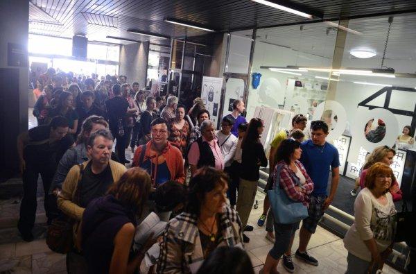 Diváci ve včerejší frontě na lístky (foto: KVIFF)