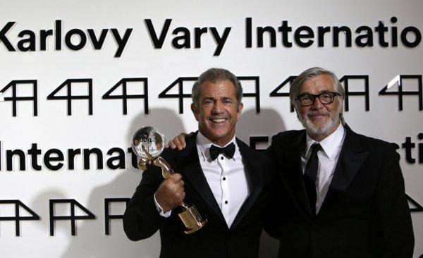 Mel Gibson s Jiřím Bartoškou (foto: KVIFF)