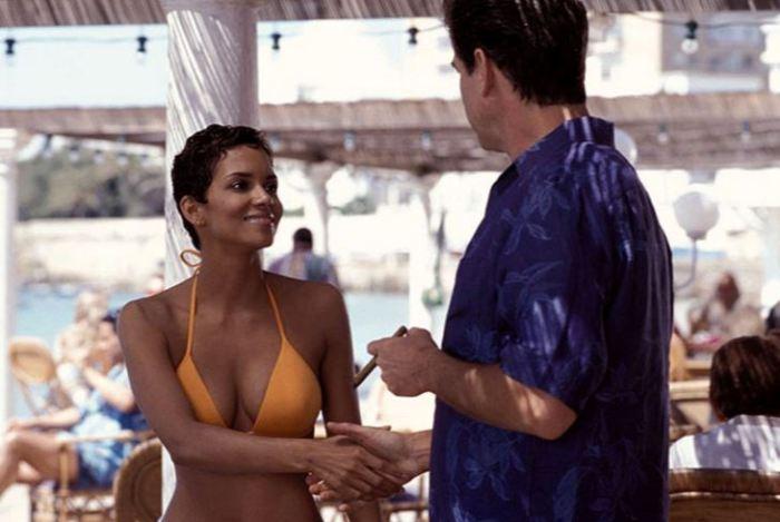 Halle Berry a Pierce Brosnan v Dnes neumírej (2002)