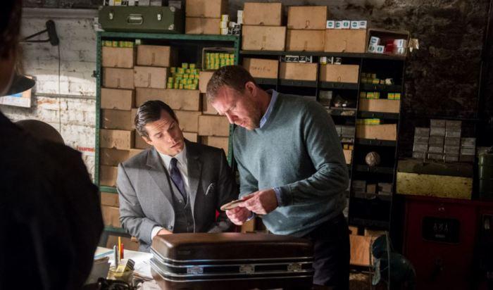 Henry Cavill a Guy Ritchie na place filmu Krycí jméno U.N.C.L.E.