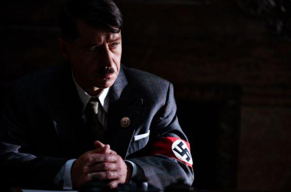 Hitler (Pavel Kříž) v zamyšlení