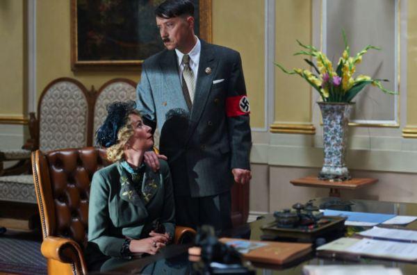 Magda Goebbelsová (Lenka Vlasáková) si u Hitlera stěžuje na Baarovou