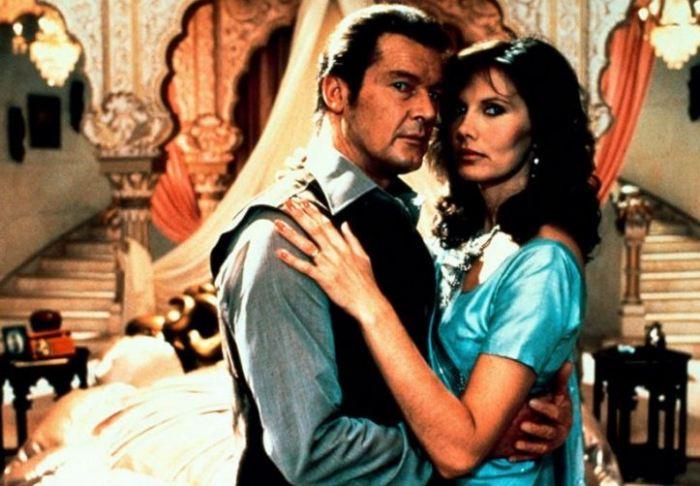 Roger Moore a Maud Adams ve filmu Chobotnička (1983)