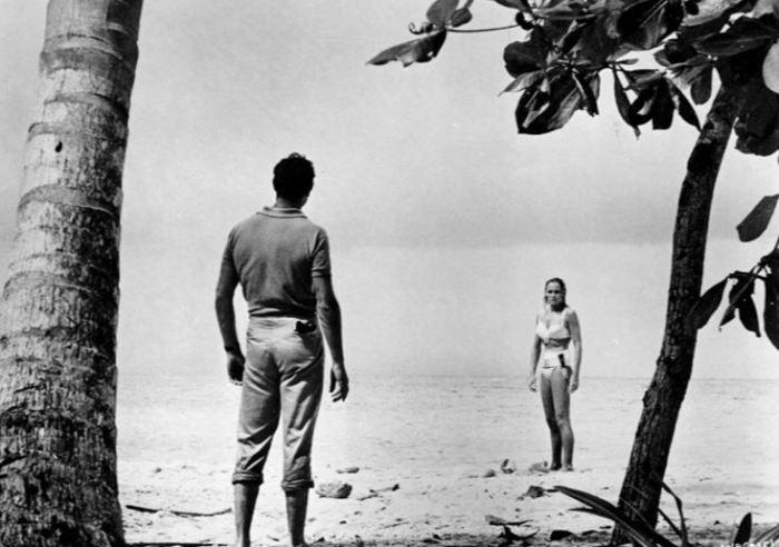Sean Connery a Ursula Andress ve filmu Dr. No (1962)