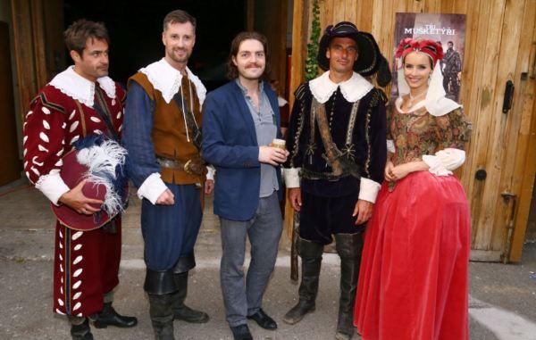 Představitel Athose, britský herec Tom Burke (uprostřed) s tvářemi TV Prima