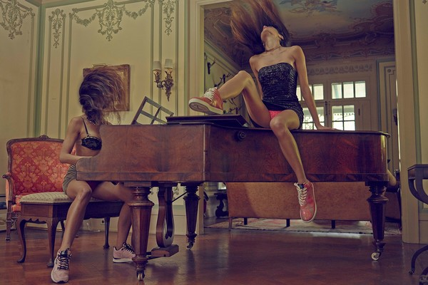 gourmet-upskirts-sneakers-publicite-fille-sexy-piano