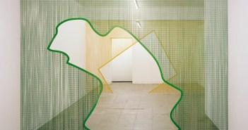 Cortinas de metal de Daniel Steegmann Mangrané, da galeria Murias | Centeno
