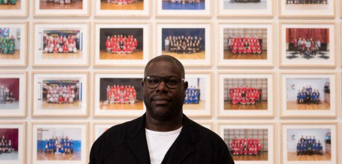 Fotos de milhares de alunos da 3ª série ocupam a Tate Britain, em exposição de Steve McQueen
