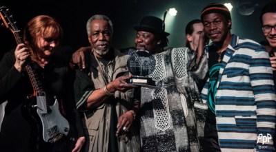 Bonsa - Lauréat du Syli d'Or 2017  Remise du Prix Syli d'Or à Bonsa par M. Lamine Touré (président de Nuits d'Afrique) - Finale Syli d'Or Crédit : @Peter Graham
