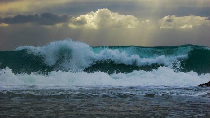 Tempête. 9 départements en alerte orage, vents violents et vagues de 10 mètres