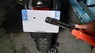 poser une plaque d'immatriculation moto soi-même - riveter la nouvelle plaque