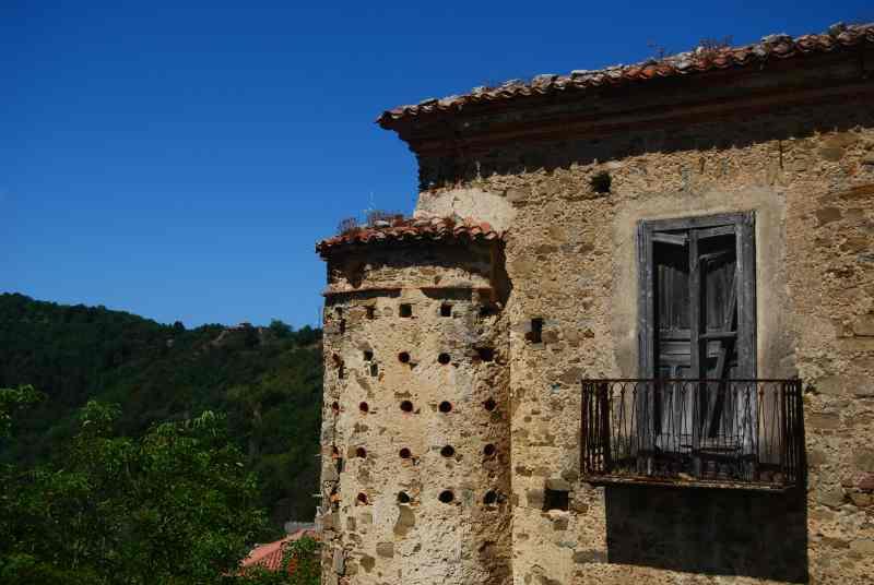 Scorcio di Rocca Cilento (frazione di Lustra) - Antica casa fatiscente con colombaia -