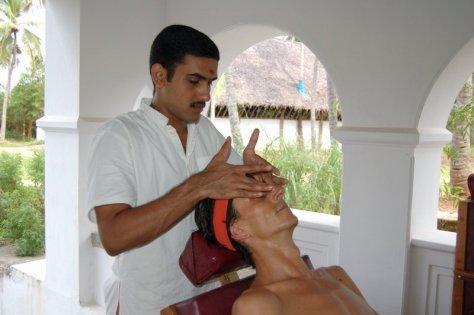 Auch Kopf- und Gesichtsmassagen stehen auf dem ayurvedischen Behandlungsplan