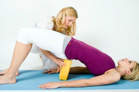 Yogaübung für Schulter mit Yogablock
