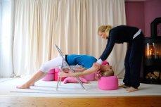 Yogauebung-yogatherapie-bogen-mit-stuhl-und-yogakissen-big