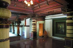 Üppig verzierte Holzfresken prägen das Interieur des Königinnen-Palastes aus dem Jahre 1890