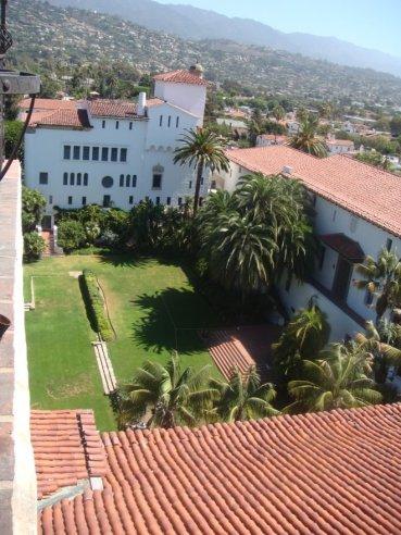 Blick von oben in das Gelände vom Santa Barbara Gerichtsgebäude