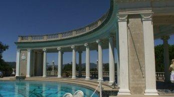 Eine Reihe griechischer Säulen schmücken den Neptune Pool