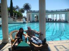 Wir genießen die Aussicht am wunderschönen Neptune Pool in 2 bequemen Korbliegen