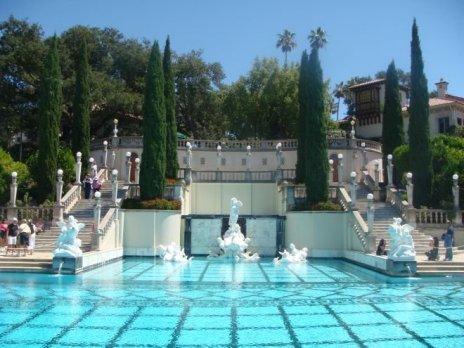 Blick von Unten über den türkiesfarbenen Neptune Pool entlang Richtung Schloss