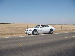 Weißer Dodge Charger (Modell 2010) auf dem Weg nach San Francisco