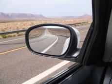 Ein Blick in den Seitenspiegel zeigt uns, wir sind völlig allein hier draußen auf unserer Mietwagenrundreise.