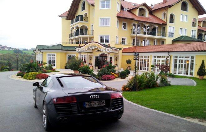 Audi A8 vor Jagdhof
