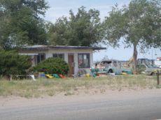 Der Zahn der Zeit nagt hier an einem Auto und Haus an der Route 66.